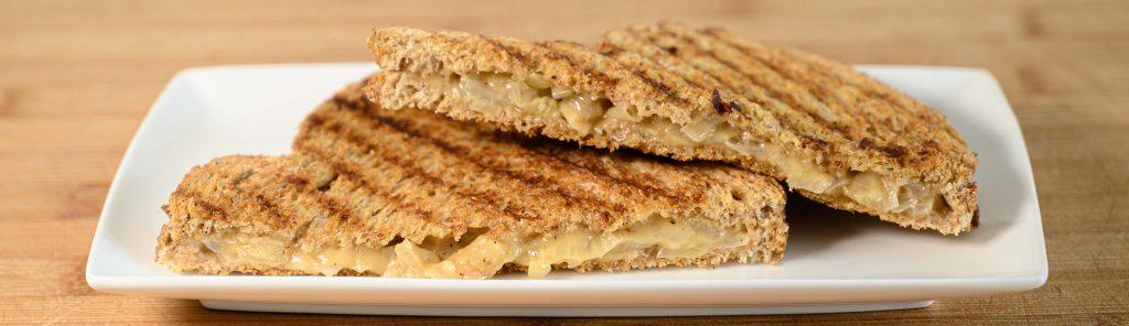 Tosti met oude kaas en zachtgebakken ui - recept van Bakmuts