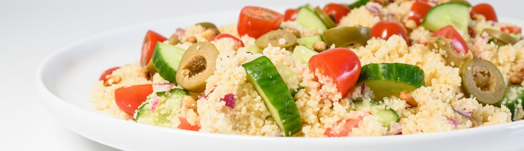 Couscoussalade met tomaat, komkommer, olijven, ui en feta recept van Bakmuts