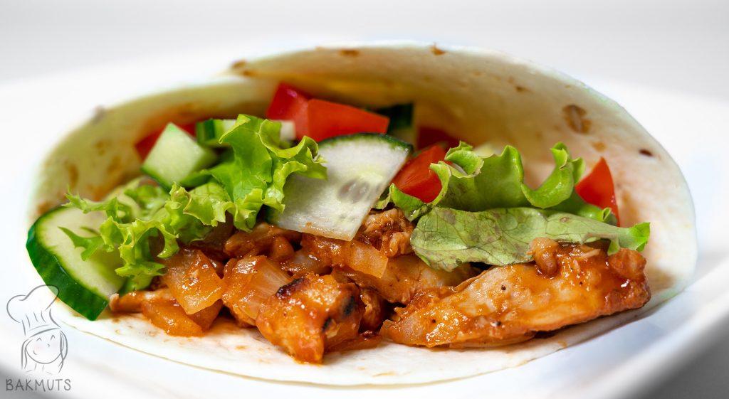 Pita's of tortilla's met (restjes) kip in barbecuesaus