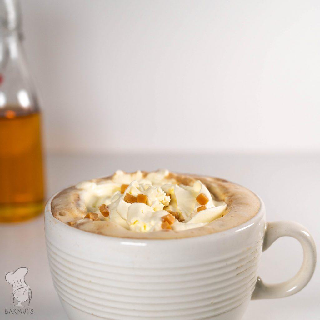 Karamel latte met zelfgemaakte karamelsiroop recept van Bakmuts