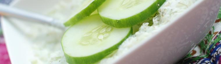 Griekse tzatziki met yoghurt en komkommer recept bakmuts