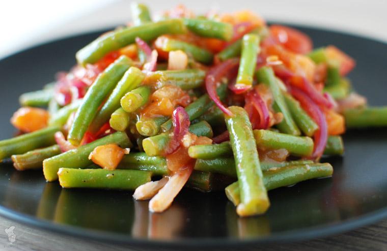 Pittige sperziebonen met tomaat en harissa recept bakmuts