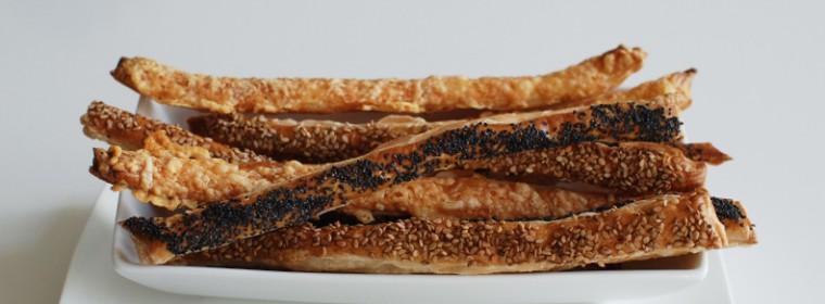 Bladerdeegstengels snack kaas en sesam recept bakmuts