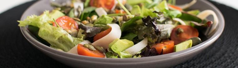 Salade met avocado en kip recept bakmuts
