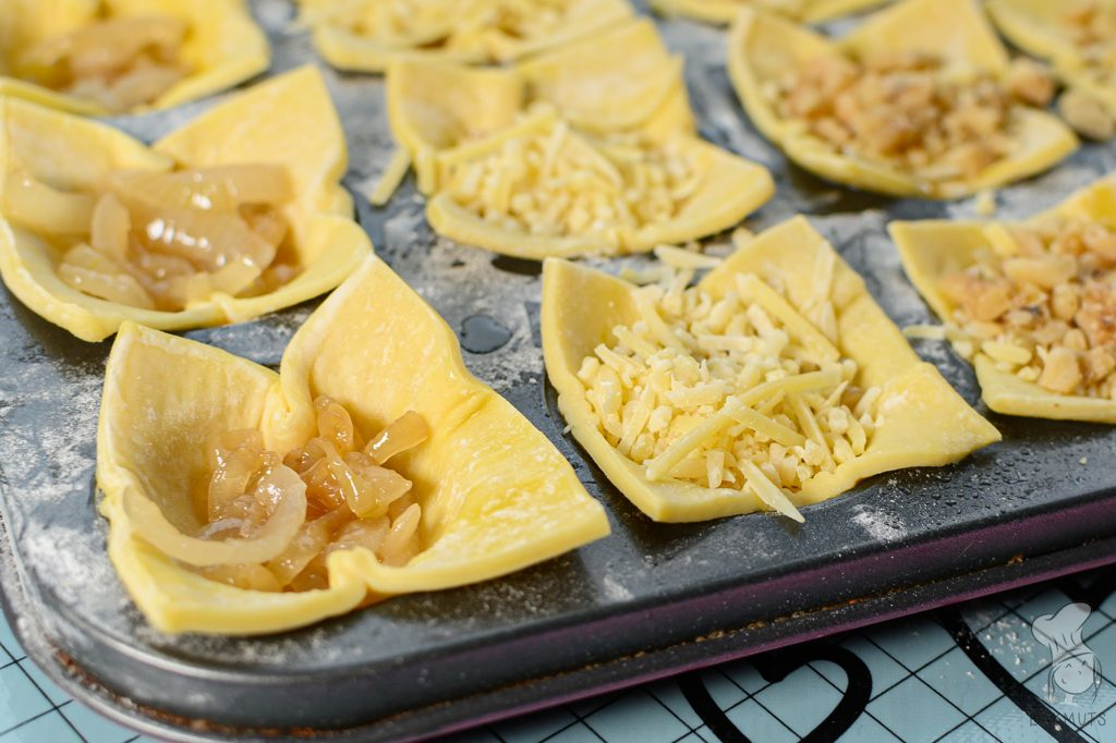 Bladerdeeghapjes met kaas, ui en walnoot recept van Bakmuts