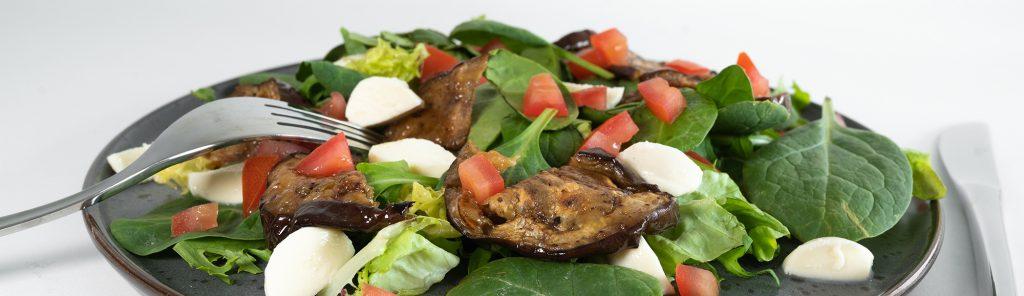 Salade met gegrilde aubergine tomaat en mozzarella - een recept van Bakmuts