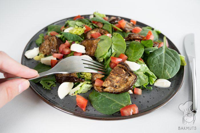Salade met gegrilde aubergine tomaat en mozarella - een recept van Bakmuts