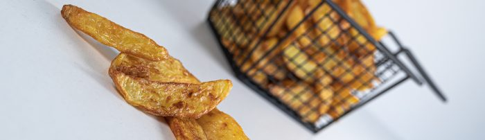 Snelle frietjes van verse aardappelen uit de Airfryer - een recept van Bakmuts